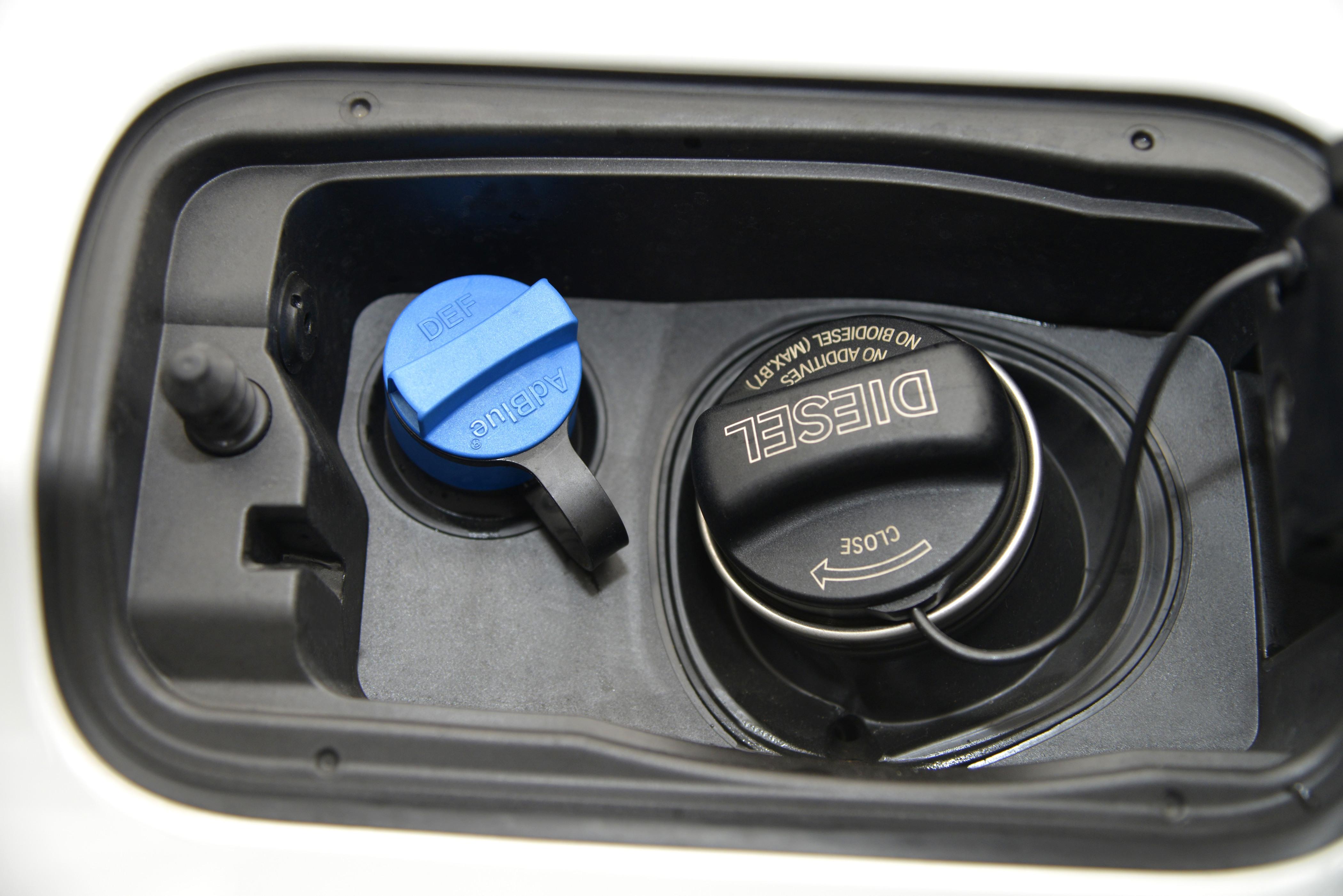adblue f r den diesel kaufen preis tanken verbrauch. Black Bedroom Furniture Sets. Home Design Ideas